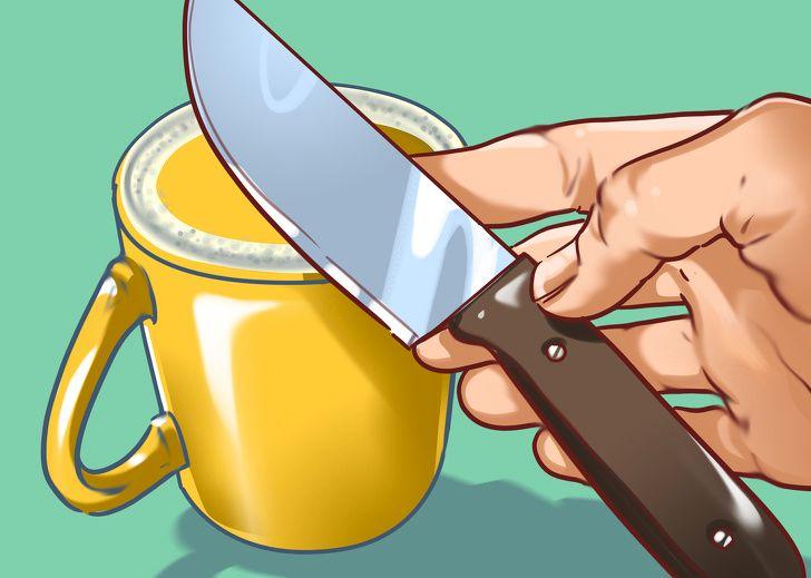 10 ترفند هوشمندانه زندگی - 5. تیز کردن چاقو با استفاده از فنجان یا ظرف سفالی