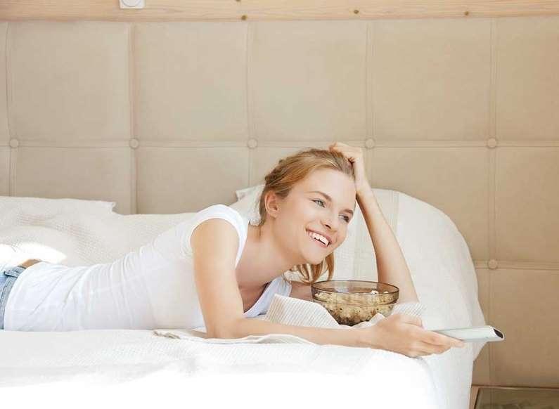 20 عادت بد خوردن صبحانه - 5. تماشای اخبار صبحگاهی هنگام خوردن صبحانه