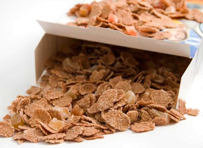 20 عادت بد خوردن صبحانه - 7. خوردن مستقیم از ظرف اصلی خوراکیها