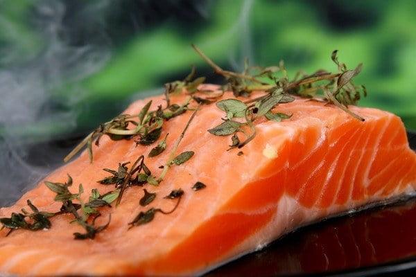 5 غذای ممنوعه در کشورهای مختلف - 3. ماهی قزل آلای پرورشی