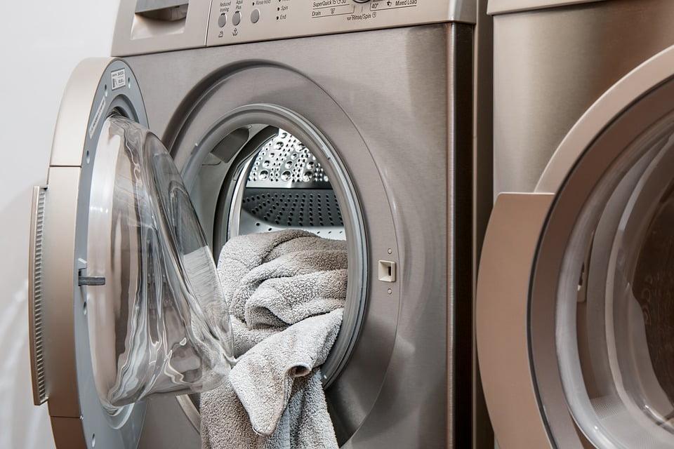 کاهش هزینههای قبض برق - 1. ماشین لباسشویی را کاملا پر کنید