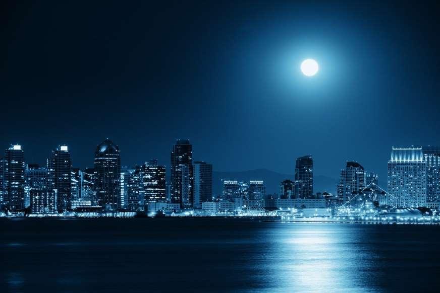 15. نوعی توهم نوری بصری وجود دارد که میتواند باعث شود شما ماه را در حال چرخش به سمت عکس خود مشاهده کنید.