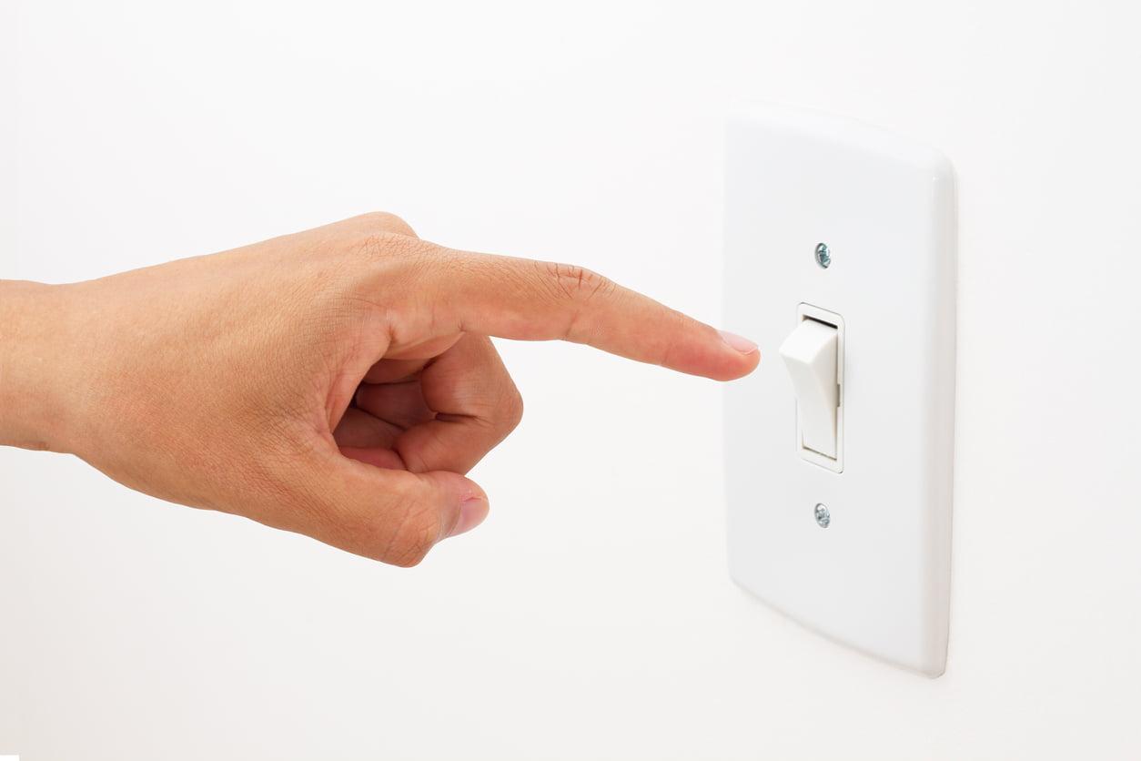 کاهش هزینههای قبض برق - 4. سیمها را از پریز بکشید و چراغها را خاموش کنید