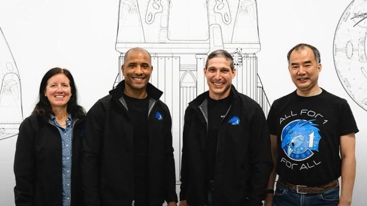 فضانوردان ناسا «مایک هاپکینز» (Mike Hopkins)، «ویکتور گلاور» (Victor Glover)، «شانون واکر» (Shannon Walker) و فضانورد JAXA «سوچی نوگوچی» (Soichi Noguchi)