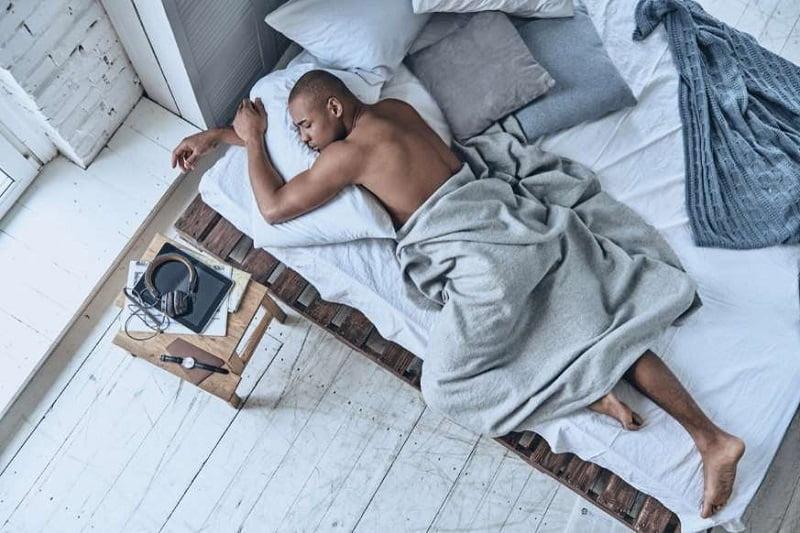 20 دانش عمومی از سراسر جهان - 3. سقوط کردن در خواب نشان میدهد که بدن شما در تلاش است تا از خود محافظت کند.