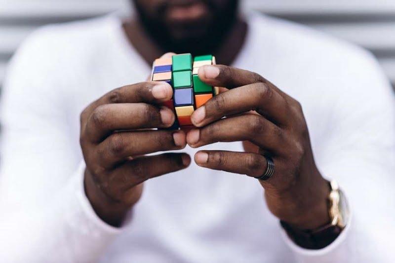 20 دانش عمومی از سراسر جهان - 9. مردی که مکعب روبیک را اختراع کرد در ابتدا نتوانست آن را حل کند.ر