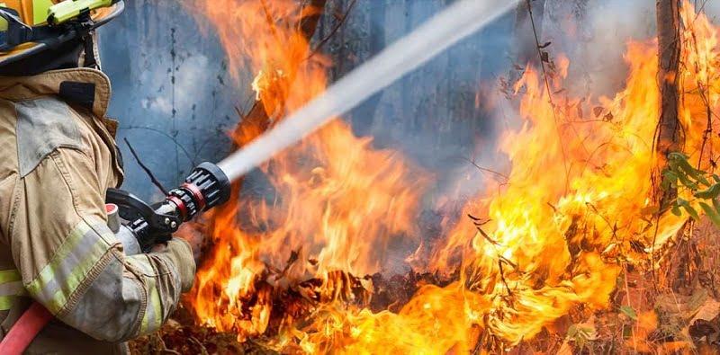 20 دانش عمومی از سراسر جهان - 5. آتشنشانان میتوانند آب را مرطوبتر و اثر آن را قویتر کنند.