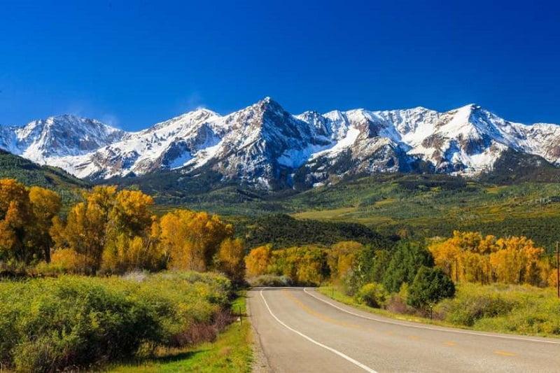 20 دانش عمومی از سراسر جهان - 7. در منطقه «رشته کوههای راکی» (Rocky Mountains) بیش از 1 میلیون دلار گنجینه مخفی وجود دارد که در زمین دفن شده است.