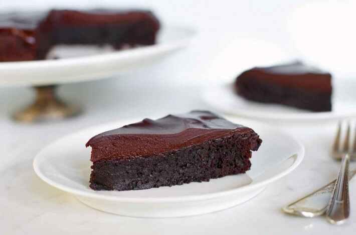 آشپزی با دینو: دستور تهیه کیک شکلاتی بدون آرد با تزیین گاناش شکلاتی