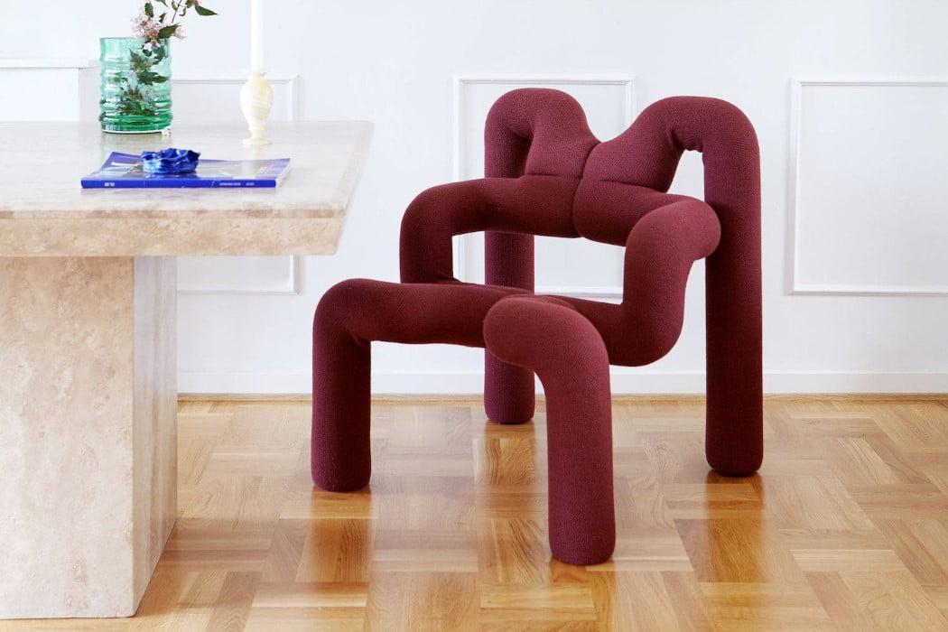 صندلی غیرعادی پست مدرن - رنگ عنابی و فضای کلاسیک